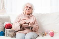 Grootmoeder het breien royalty-vrije stock fotografie