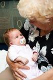 Grootmoeder met baby Stock Afbeelding