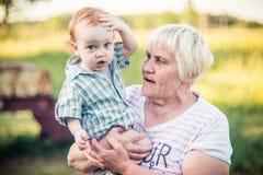 Grootmoeder met babyjongen stock foto's