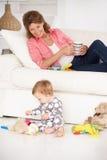 Grootmoeder met babykleinkind stock foto's
