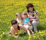 Grootmoeder met dochter in openlucht. Stock Foto's