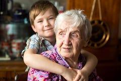 Grootmoeder met een kleine jongenskleinzoon Liefde royalty-vrije stock afbeelding