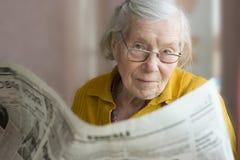 Grootmoeder met een krant Royalty-vrije Stock Afbeelding
