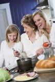 Grootmoeder met familie het koken in keuken Stock Foto