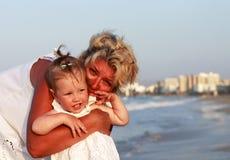 Grootmoeder met haar kleindochter stock foto
