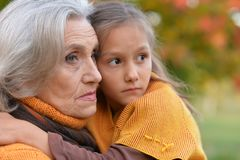 Grootmoeder met haar kleindochter in het de herfstpark royalty-vrije stock fotografie