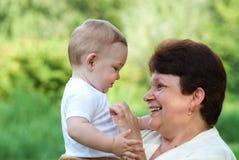 Grootmoeder met haar kleinzoon Stock Afbeelding