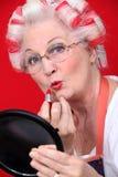 Grootmoeder met haar in rollen royalty-vrije stock afbeeldingen