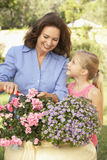 Grootmoeder met het Tuinieren van de Kleindochter royalty-vrije stock afbeelding