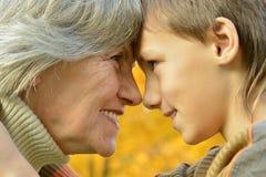 Grootmoeder met jongen stock afbeeldingen