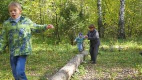 Grootmoeder met kinderen die in het Park lopen stock footage