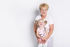 Grootmoeder met kleinkind op lichte achtergrond royalty-vrije stock afbeelding