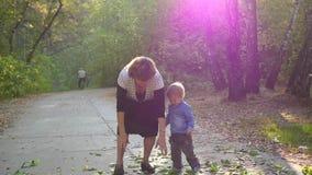 Grootmoeder met kleinkinderen die in het Park spelen stock videobeelden