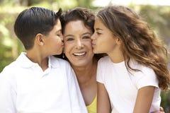 Grootmoeder met Kleinkinderen in Tuin Stock Afbeeldingen
