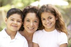 Grootmoeder met Kleinkinderen in Tuin Royalty-vrije Stock Foto