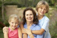 Grootmoeder met Kleinkinderen in Tuin Stock Afbeelding