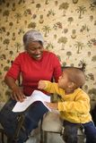 Grootmoeder met kleinzoonkleuring. stock foto's