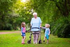 Grootmoeder met leurder het spelen met twee jonge geitjes royalty-vrije stock foto's