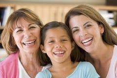 Grootmoeder met volwassen dochter en kleindochter stock foto