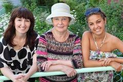 Grootmoeder, moeder, dochter dichtbij plattelandshuisje Royalty-vrije Stock Foto's