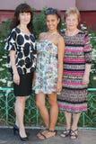 Grootmoeder, moeder, dochtertribune dichtbij plattelandshuisje Royalty-vrije Stock Foto