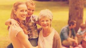 Grootmoedermoeder en dochter met familie op achtergrond bij park Royalty-vrije Stock Foto's