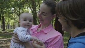 Grootmoederspel met jong geitje in het bos in langzame motie stock videobeelden