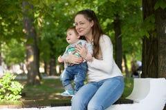 Grootmoederspelen met haar kleinzoon royalty-vrije stock foto