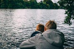Grootouder die kleinkind behandelen bij meer stock foto
