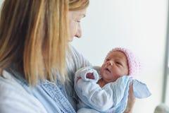 Grootouder die pasgeboren baby ontmoeten bij het ziekenhuis stock afbeelding