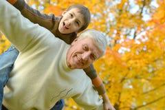 Grootouder en jong geitje stock foto's