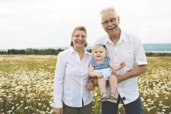 Grootouder het besteden tijd met weinig kind tijdens de zonsondergang stock fotografie