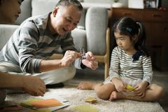 Grootouder het spelen met nicht thuis stock foto