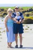 Grootouders bij het strand Stock Foto's