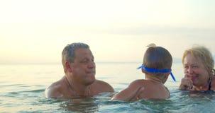 Grootouders die Jongen Onderwater Zwemmen onderwijzen stock videobeelden