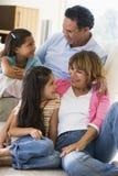 Grootouders die met kleinkinderen spreken royalty-vrije stock foto
