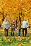 Grootouders en kleinkinderen Stock Afbeeldingen