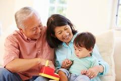 Grootouders en Kleinzoon het Spelen met Toy Together Stock Afbeelding