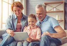 Grootouders en meisje thuis stock afbeelding