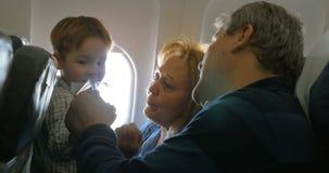 Grootouders en weinig kleinzoon die langs reizen stock footage