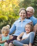 Grootouders met cuteskleinkinderen stock fotografie