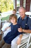 Grootouders met kleinzoon op portiek Royalty-vrije Stock Foto