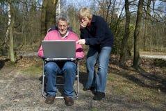 Grootouders met laptop royalty-vrije stock foto