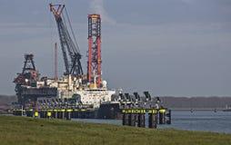 Grootste kraanschip in de wereld in de haven van Rotterdam Stock Afbeeldingen