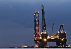 Grootste kraanschip in de wereld in 's nachts de haven van Rotterdam Royalty-vrije Stock Foto's
