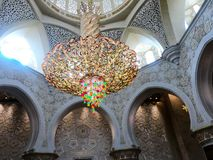 Grootste kroonluchter in Grote Moskee Stock Foto