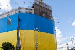 Grootste Oekraïense die vlag in de bouw van centraal universeel s wordt gepost Stock Afbeelding