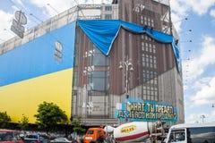 Grootste Oekraïense die vlag in de bouw van centraal universeel s wordt gepost Royalty-vrije Stock Foto