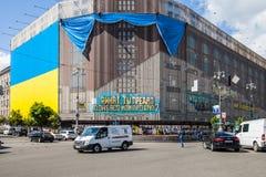 Grootste Oekraïense die vlag in de bouw van centraal universeel s wordt gepost Royalty-vrije Stock Foto's