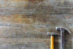 Grootte twee van hamers op oude houten achtergrond stock afbeeldingen
